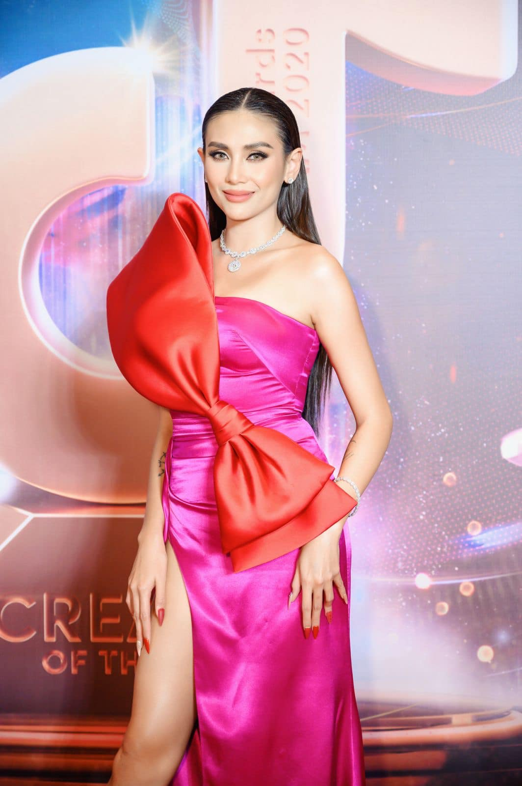 Hoa hậu Tiểu Vy mặc váy cô dâu khoe thềm ngực quyến rũ ảnh 6