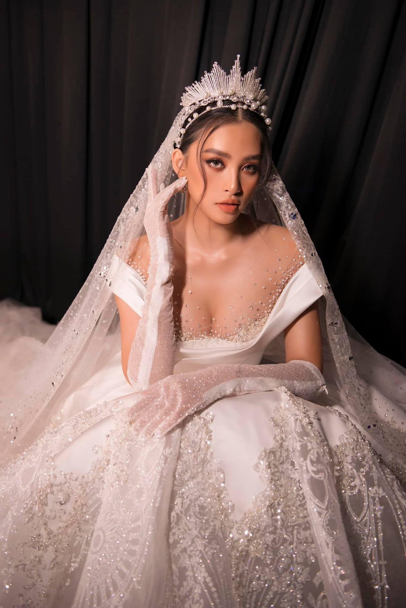 Hoa hậu Tiểu Vy mặc váy cô dâu khoe thềm ngực quyến rũ ảnh 3