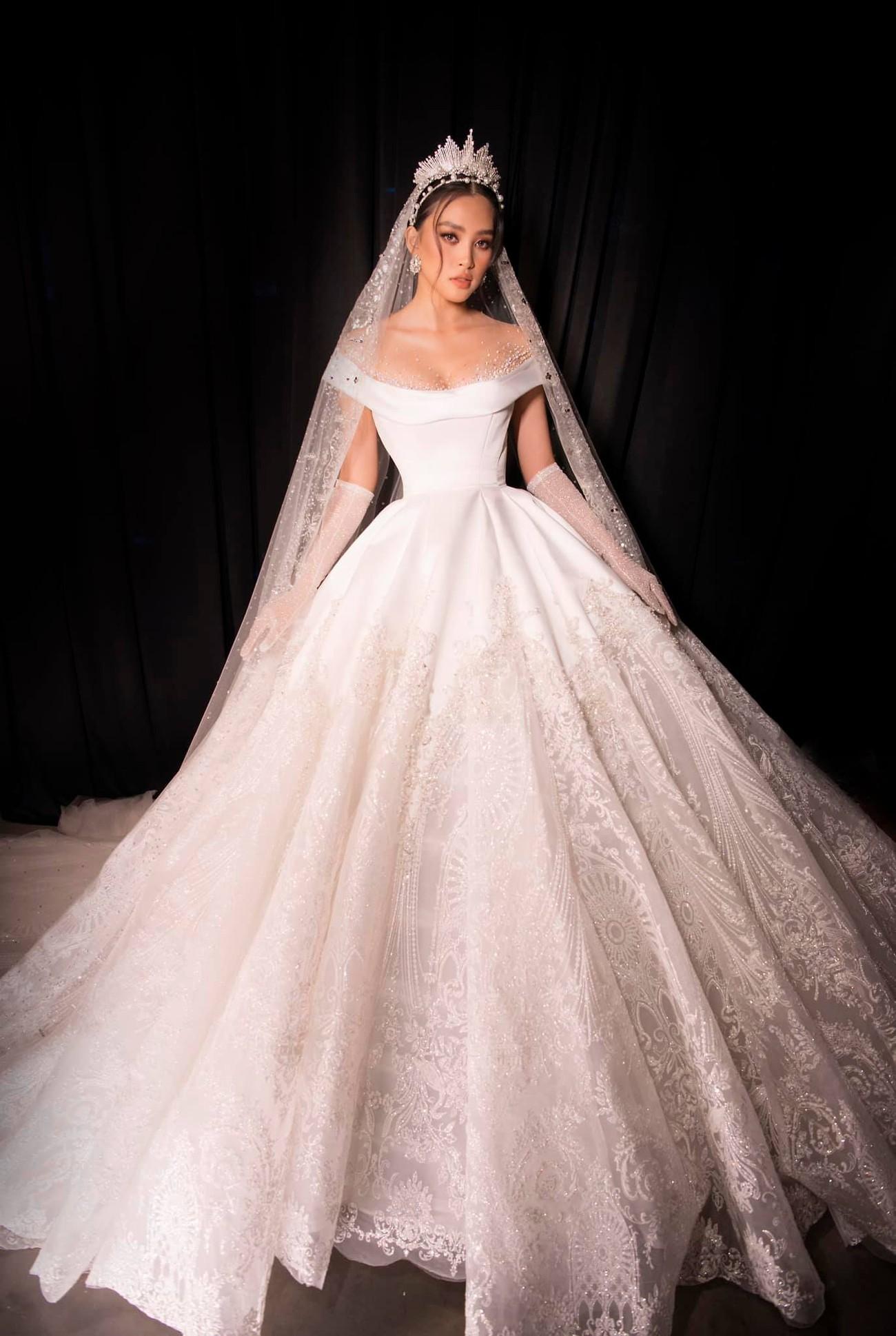 Hoa hậu Tiểu Vy mặc váy cô dâu khoe thềm ngực quyến rũ ảnh 2