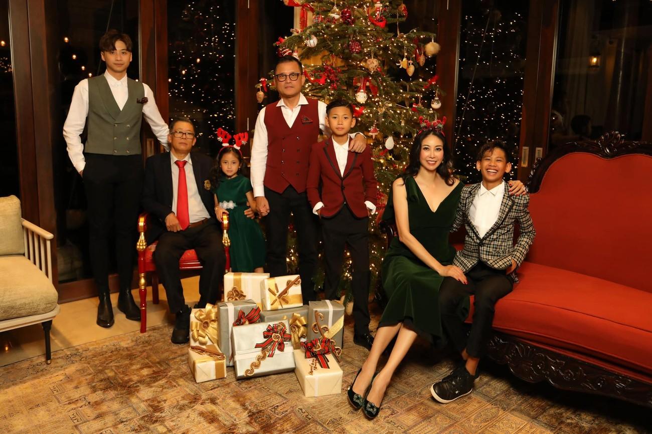 Hà Kiều Anh khoe ảnh cả nhà đón năm mới đẹp như 'gia đình đá quý' khiến fans trầm trồ ảnh 3