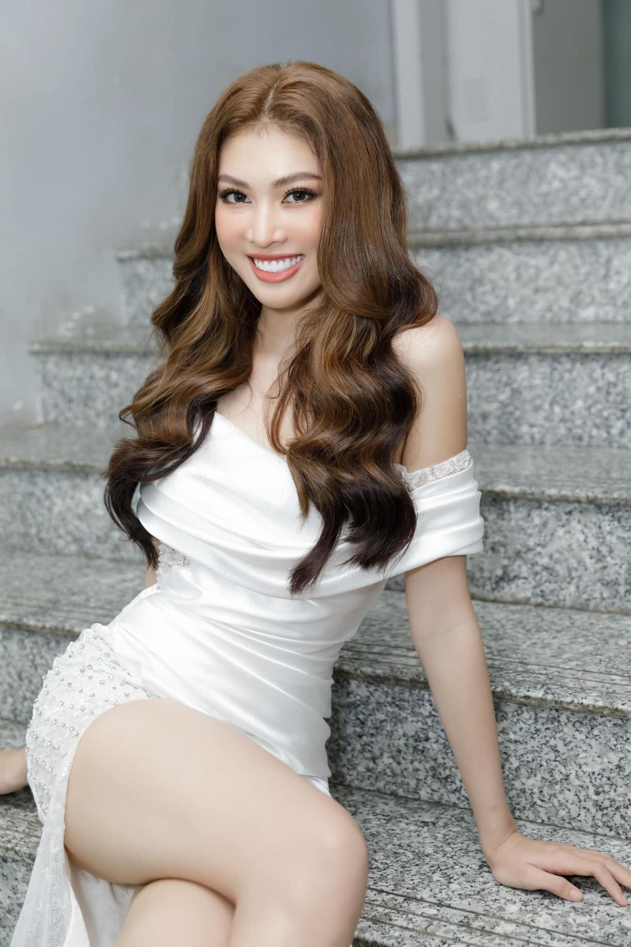 Á hậu Ngọc Thảo diện váy xẻ khoe đôi chân dài 1m11 ảnh 3