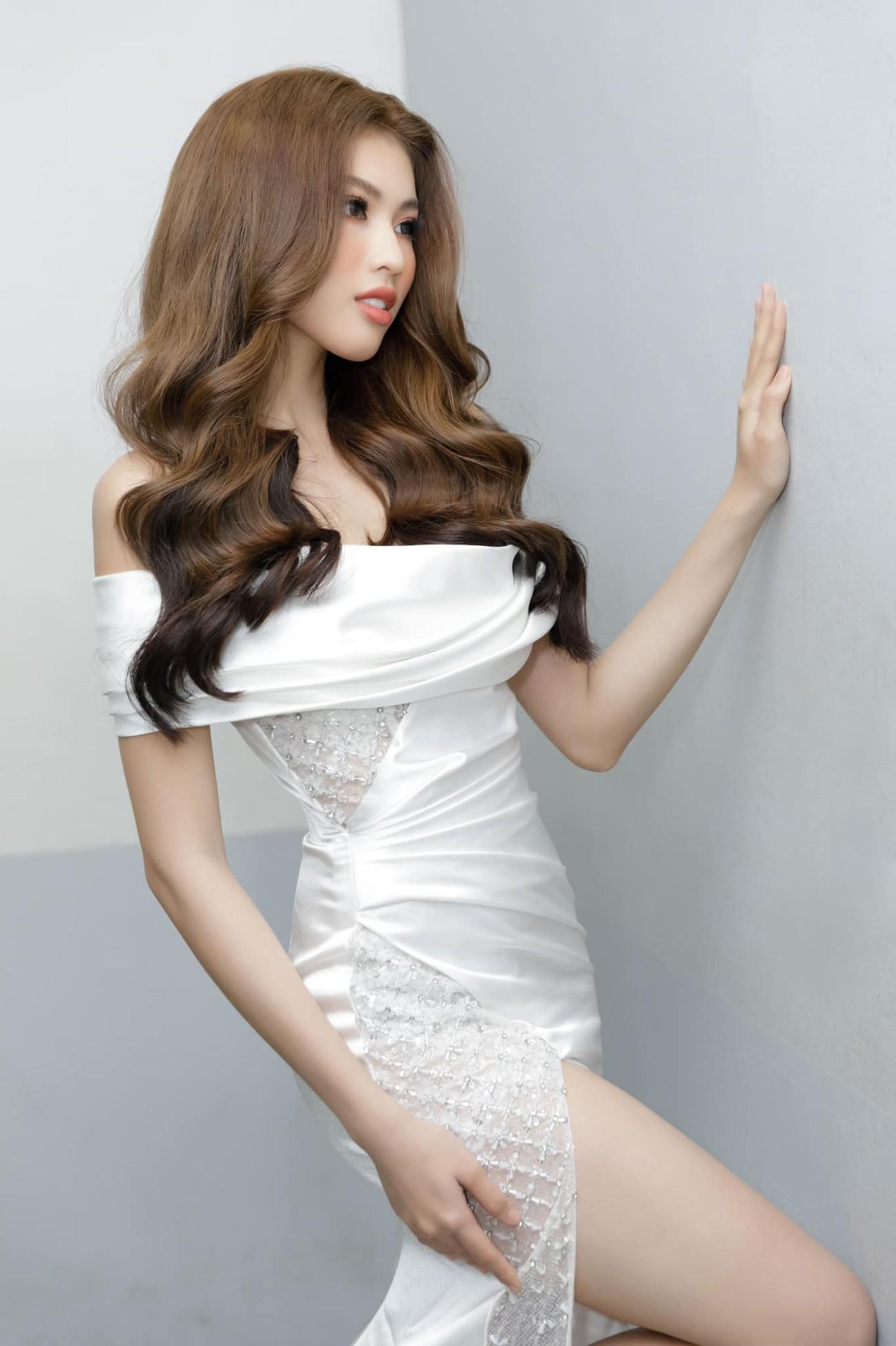 Á hậu Ngọc Thảo diện váy xẻ khoe đôi chân dài 1m11 ảnh 2