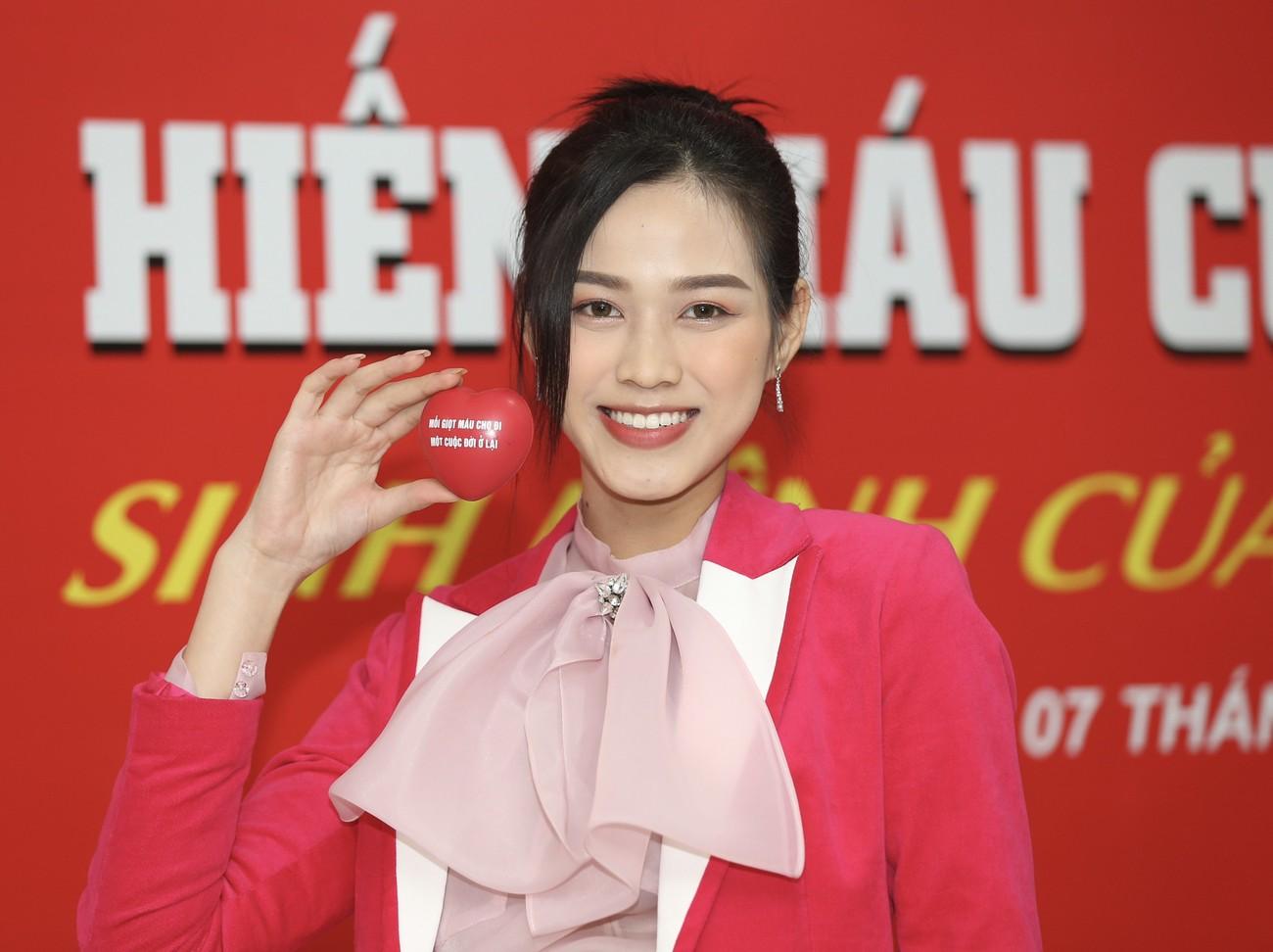 Những hình ảnh đẹp rạng rỡ của Hoa hậu Đỗ Thị Hà trong hành trình Chủ nhật Đỏ 2021 ảnh 11