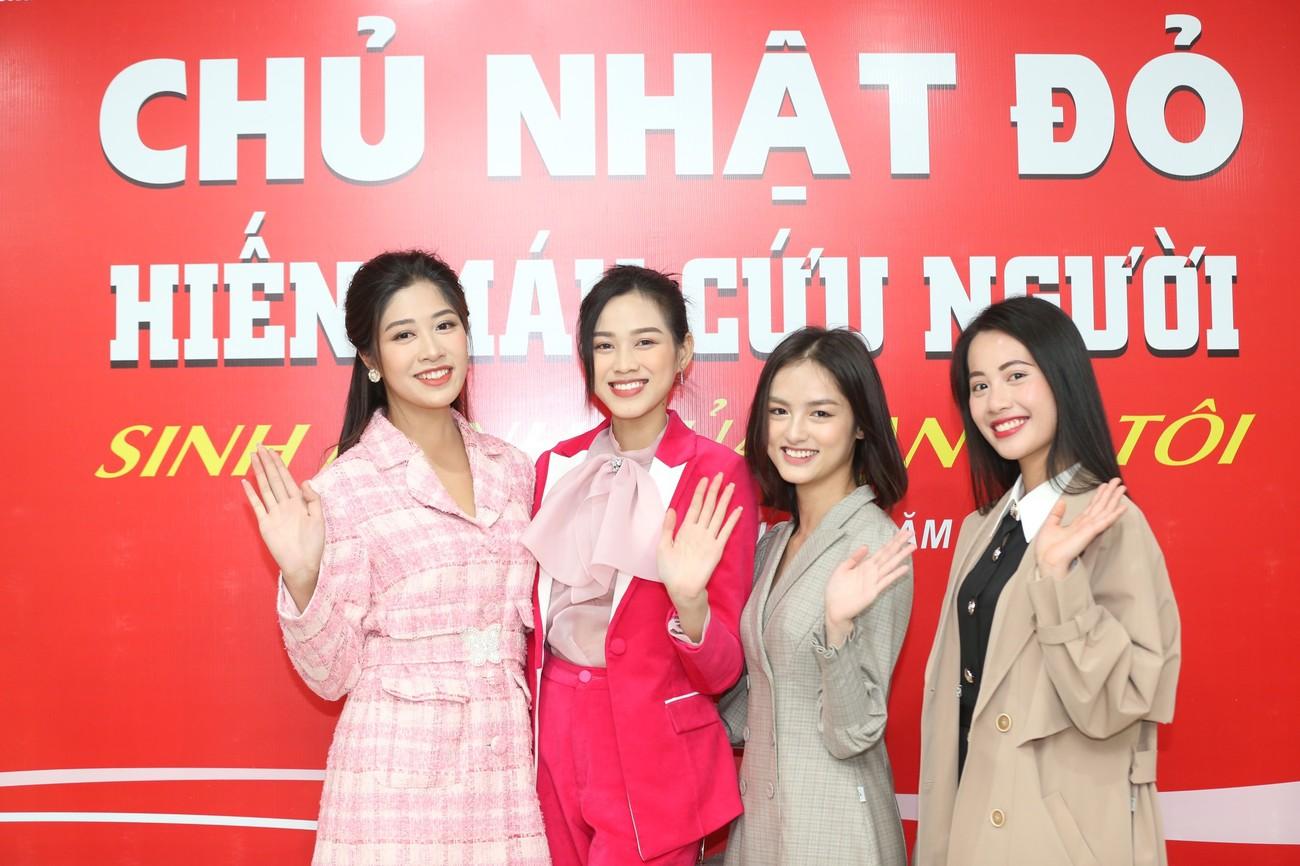 Những hình ảnh đẹp rạng rỡ của Hoa hậu Đỗ Thị Hà trong hành trình Chủ nhật Đỏ 2021 ảnh 14