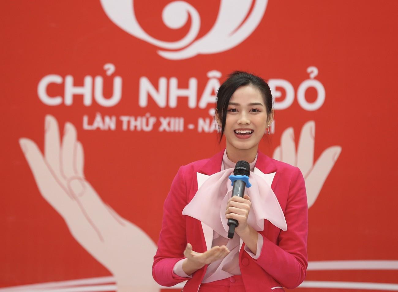 Những hình ảnh đẹp rạng rỡ của Hoa hậu Đỗ Thị Hà trong hành trình Chủ nhật Đỏ 2021 ảnh 12