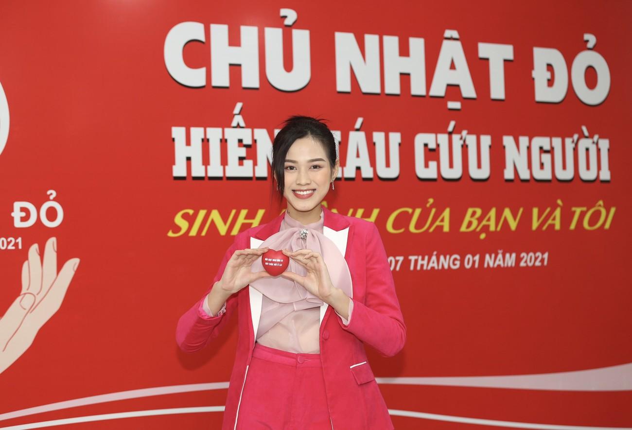 Những hình ảnh đẹp rạng rỡ của Hoa hậu Đỗ Thị Hà trong hành trình Chủ nhật Đỏ 2021 ảnh 13