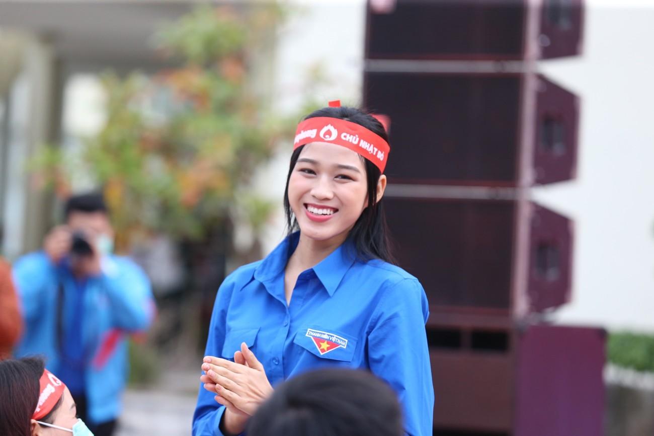 Những hình ảnh đẹp rạng rỡ của Hoa hậu Đỗ Thị Hà trong hành trình Chủ nhật Đỏ 2021 ảnh 1