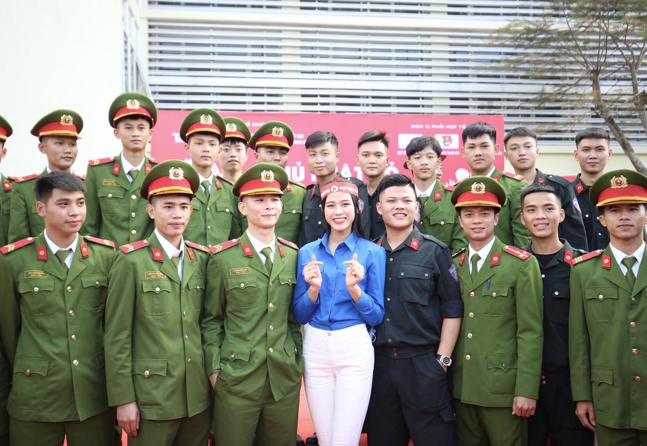 Những hình ảnh đẹp rạng rỡ của Hoa hậu Đỗ Thị Hà trong hành trình Chủ nhật Đỏ 2021 ảnh 3