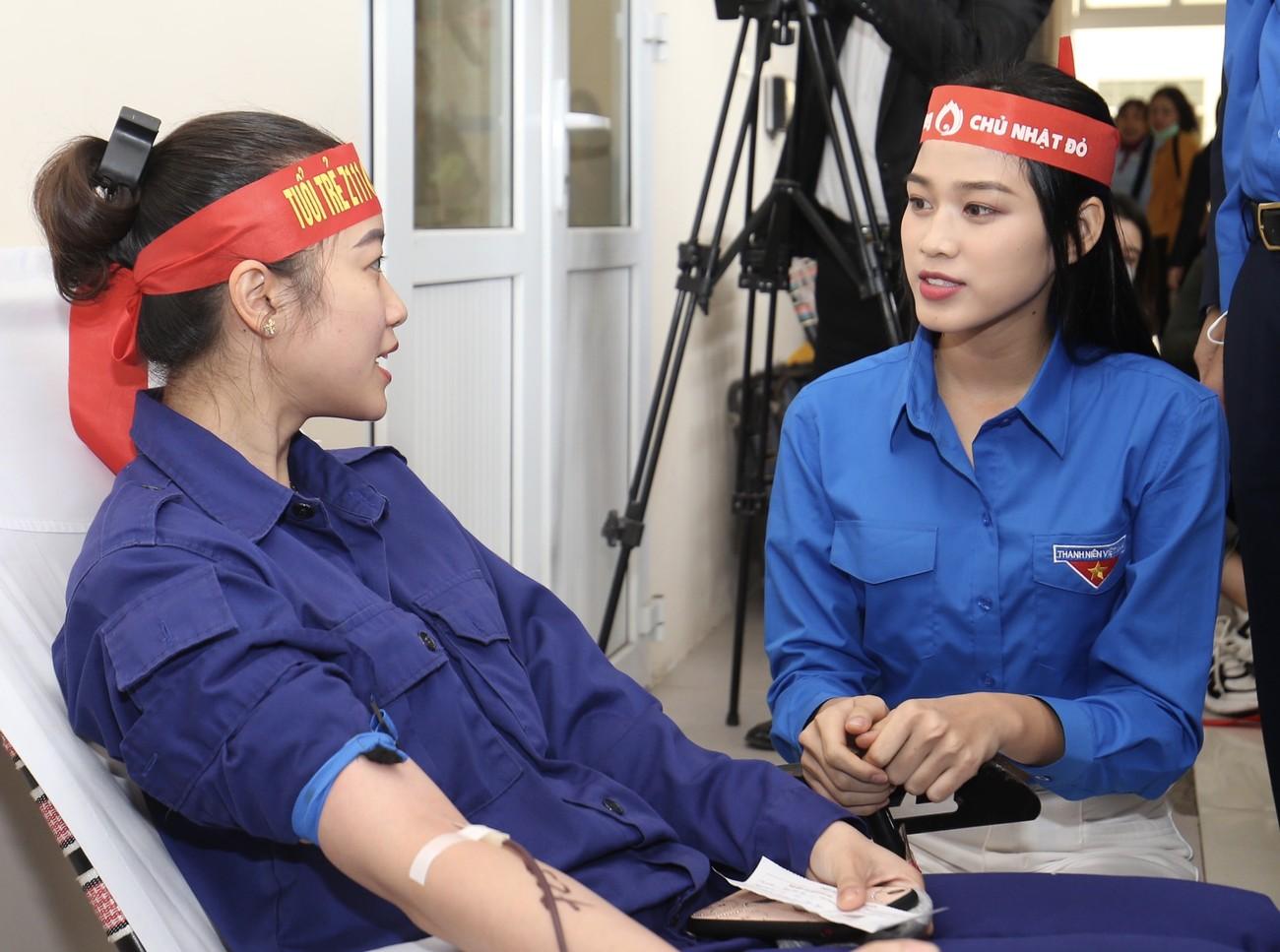 Những hình ảnh đẹp rạng rỡ của Hoa hậu Đỗ Thị Hà trong hành trình Chủ nhật Đỏ 2021 ảnh 4