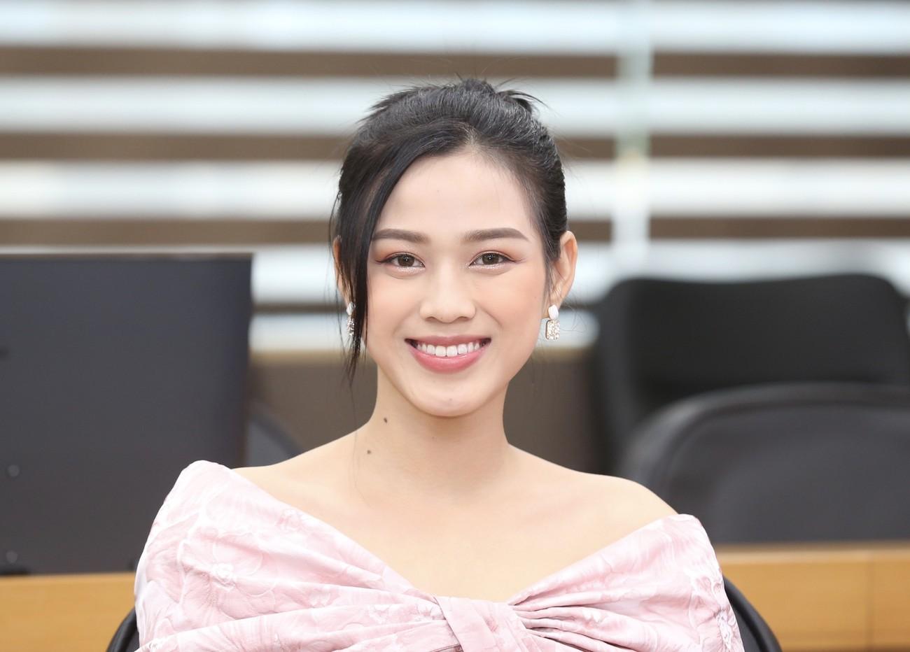 Những hình ảnh đẹp rạng rỡ của Hoa hậu Đỗ Thị Hà trong hành trình Chủ nhật Đỏ 2021 ảnh 10