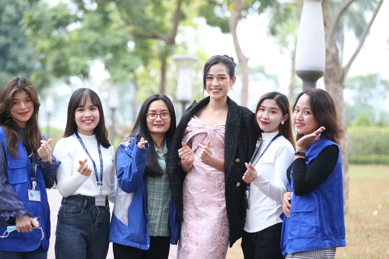 Những hình ảnh đẹp rạng rỡ của Hoa hậu Đỗ Thị Hà trong hành trình Chủ nhật Đỏ 2021 ảnh 8