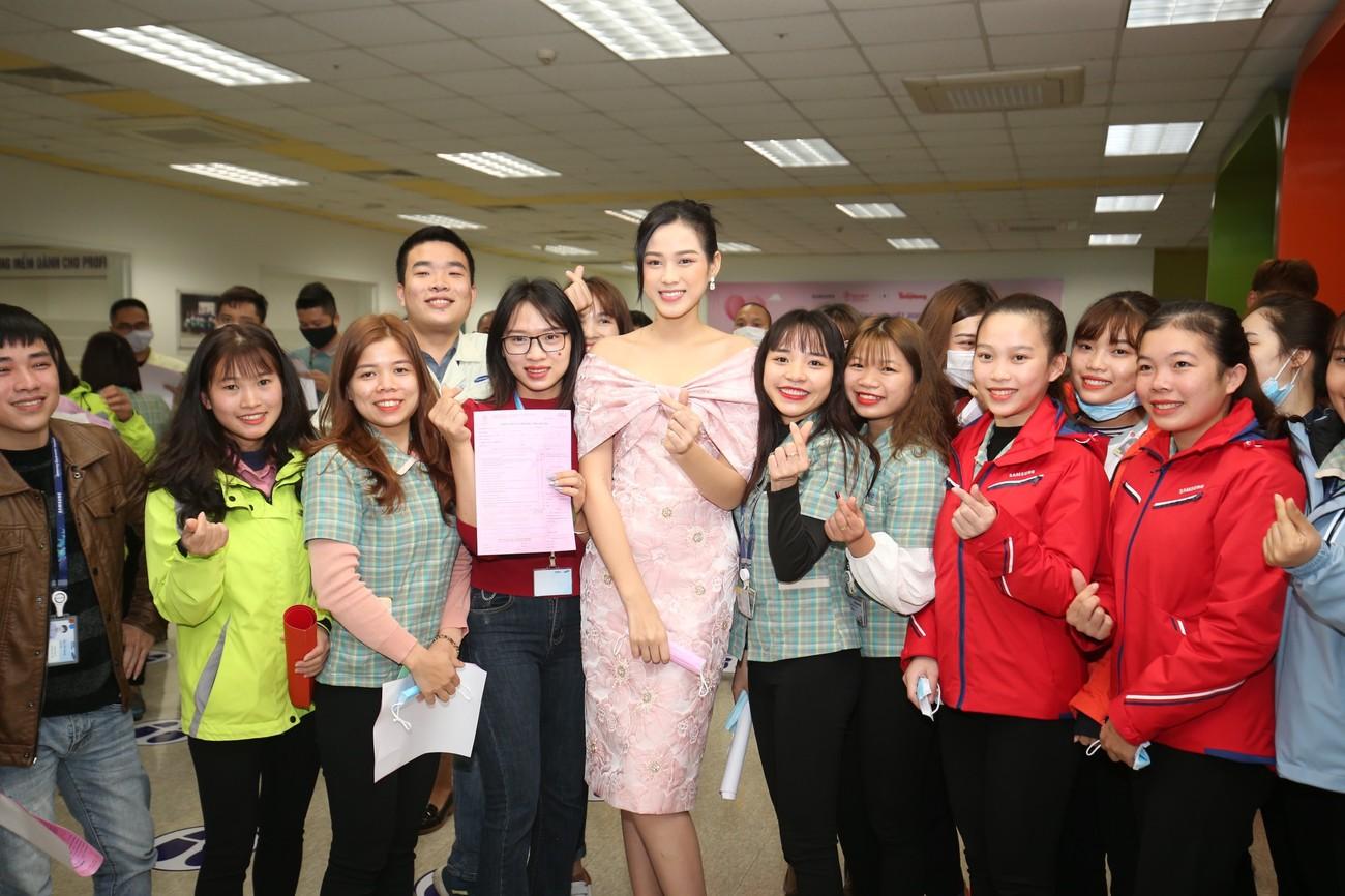 Những hình ảnh đẹp rạng rỡ của Hoa hậu Đỗ Thị Hà trong hành trình Chủ nhật Đỏ 2021 ảnh 9