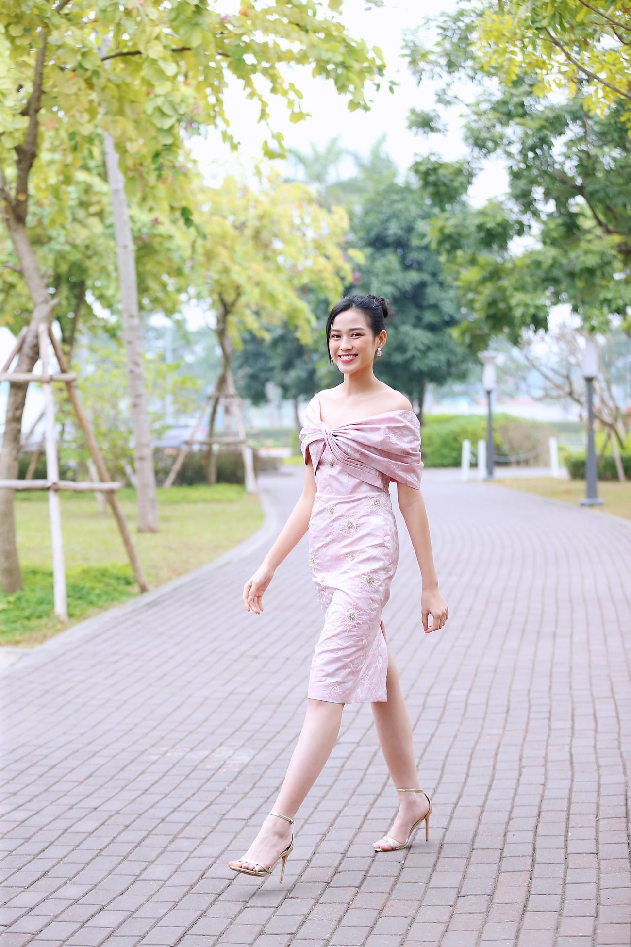 Những hình ảnh đẹp rạng rỡ của Hoa hậu Đỗ Thị Hà trong hành trình Chủ nhật Đỏ 2021 ảnh 6