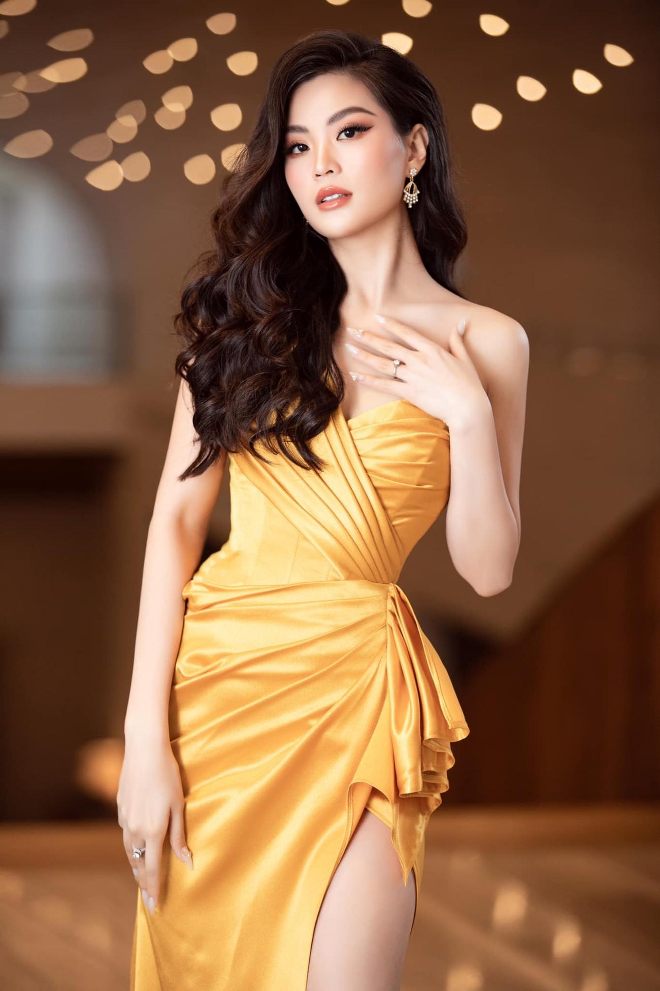 Tiếp tục chinh phục gam màu đỏ, Hoa hậu Đỗ Thị Hà khoe đôi chân 'cực phẩm' ảnh 5