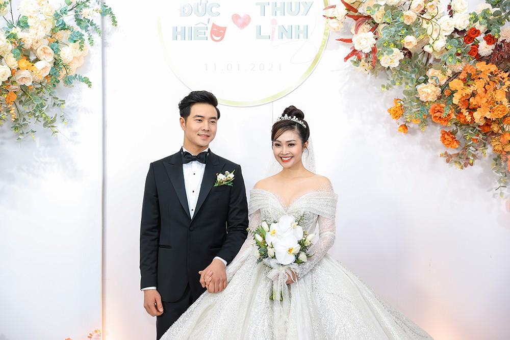 Á hậu Thụy Vân, vợ NSND Công Lý dự đám cưới của MC Thùy Linh và ông xã kém 5 tuổi ảnh 1