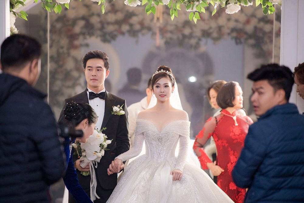 Á hậu Thụy Vân, vợ NSND Công Lý dự đám cưới của MC Thùy Linh và ông xã kém 5 tuổi ảnh 10