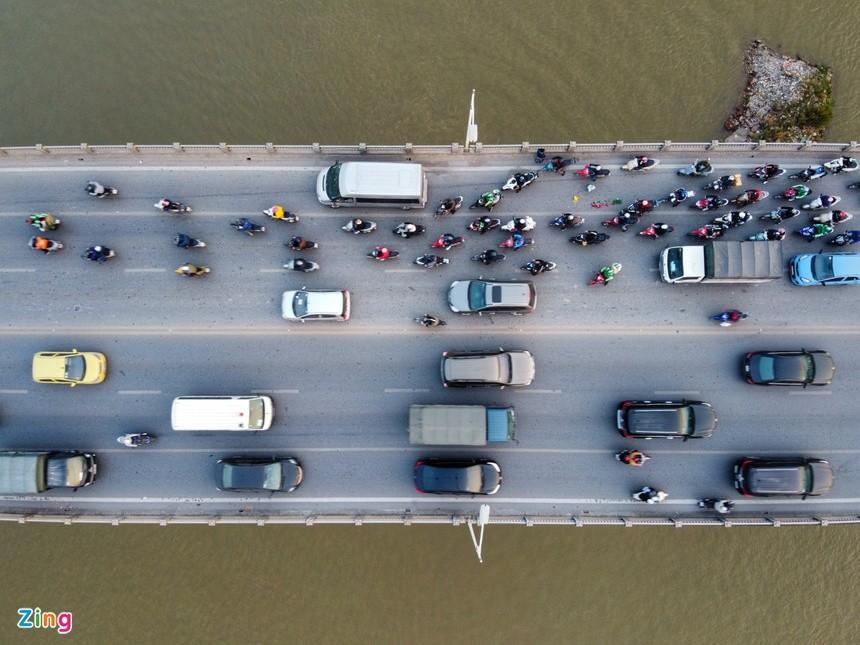 Cầu Vĩnh Tuy ùn tắc kéo dài vì 2 ôtô gặp sự cố ảnh 1