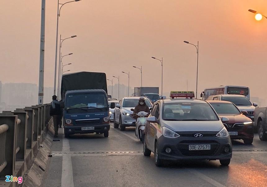 Cầu Vĩnh Tuy ùn tắc kéo dài vì 2 ôtô gặp sự cố ảnh 2