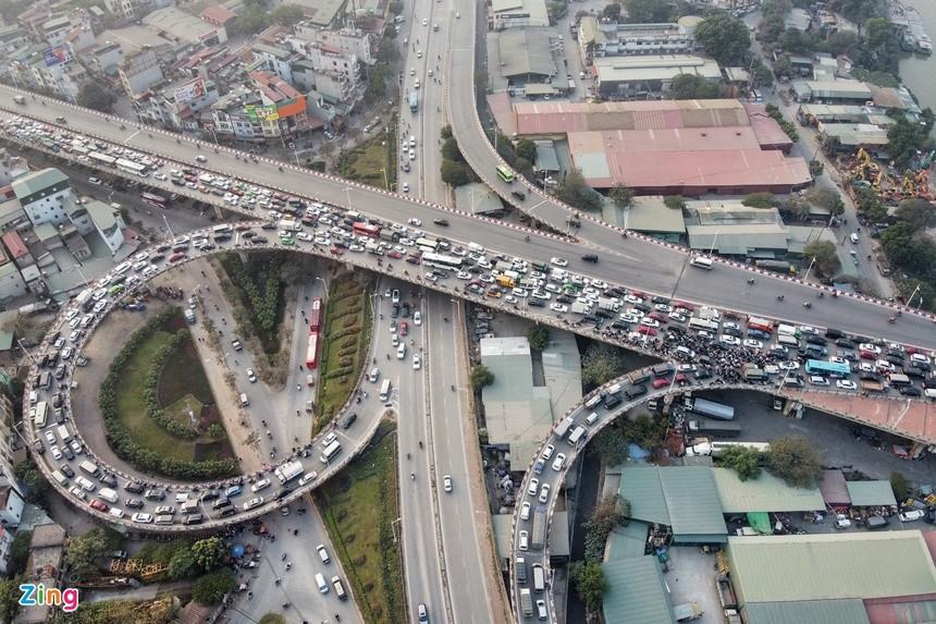 Cầu Vĩnh Tuy ùn tắc kéo dài vì 2 ôtô gặp sự cố ảnh 4