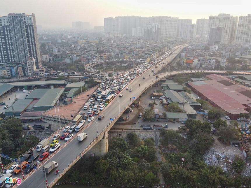 Cầu Vĩnh Tuy ùn tắc kéo dài vì 2 ôtô gặp sự cố ảnh 5