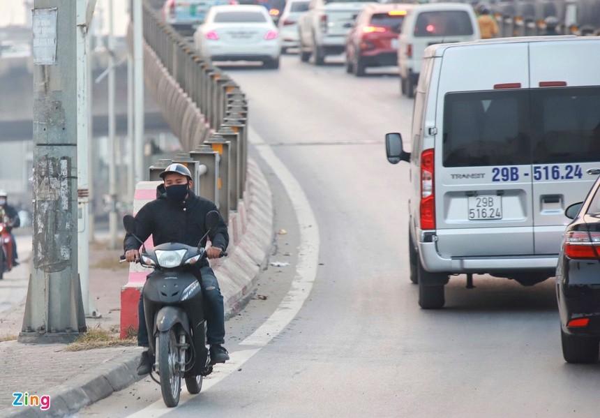 Cầu Vĩnh Tuy ùn tắc kéo dài vì 2 ôtô gặp sự cố ảnh 6