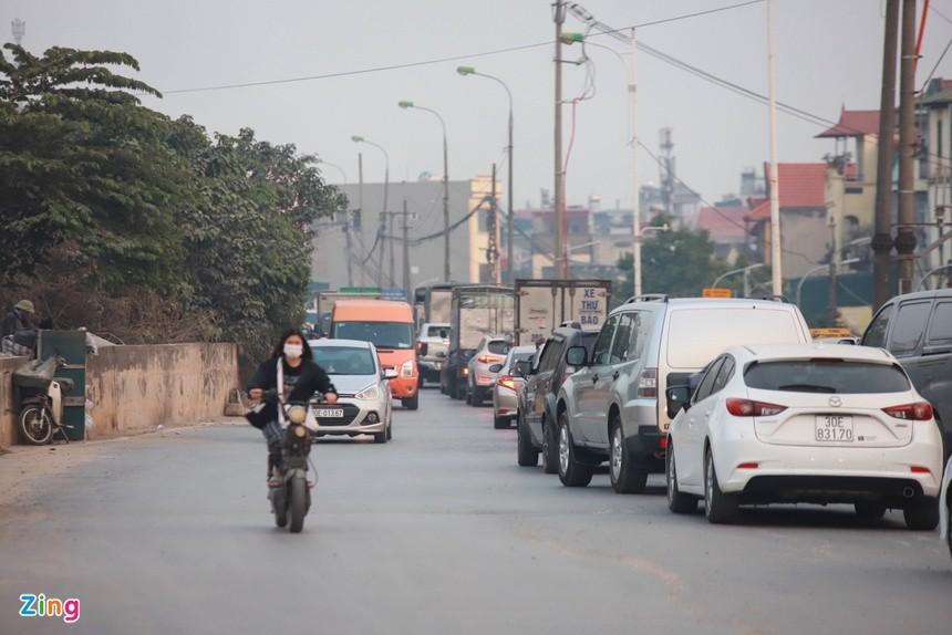 Cầu Vĩnh Tuy ùn tắc kéo dài vì 2 ôtô gặp sự cố ảnh 8