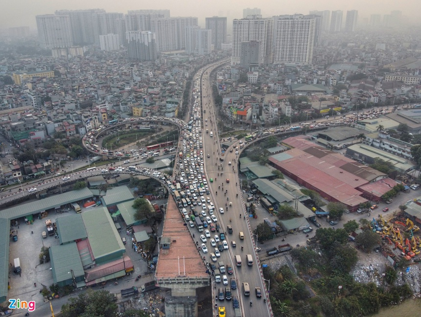 Cầu Vĩnh Tuy ùn tắc kéo dài vì 2 ôtô gặp sự cố ảnh 9