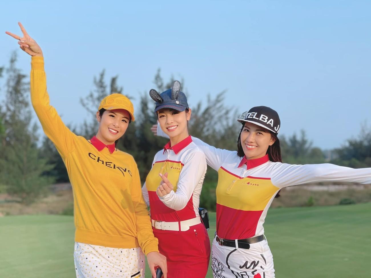 Tiểu Vy mặc giản dị mà 'chất' như fashionista, Khánh Vân khoe vòng một nóng bỏng ảnh 11