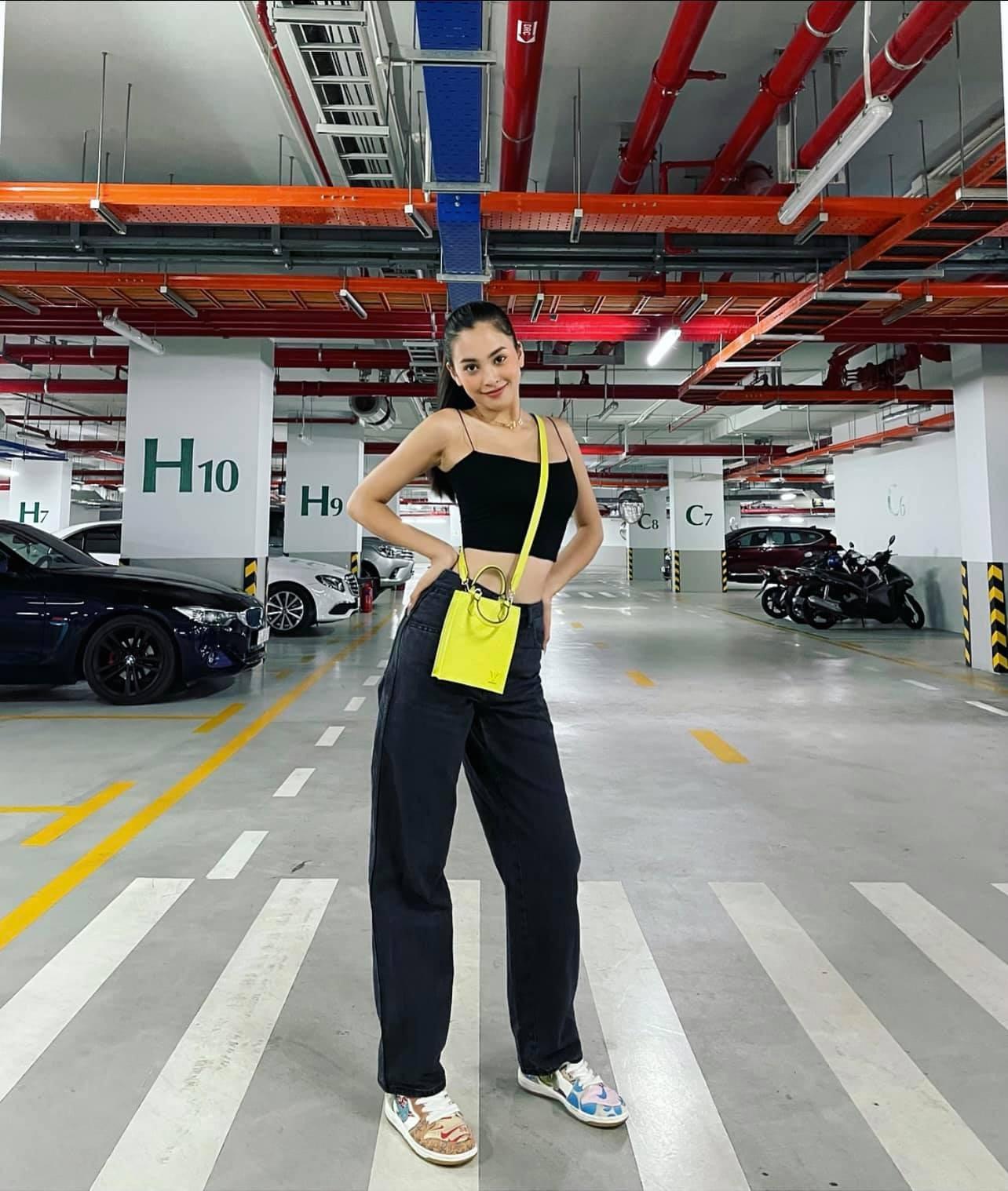 Tiểu Vy mặc giản dị mà 'chất' như fashionista, Khánh Vân khoe vòng một nóng bỏng ảnh 1