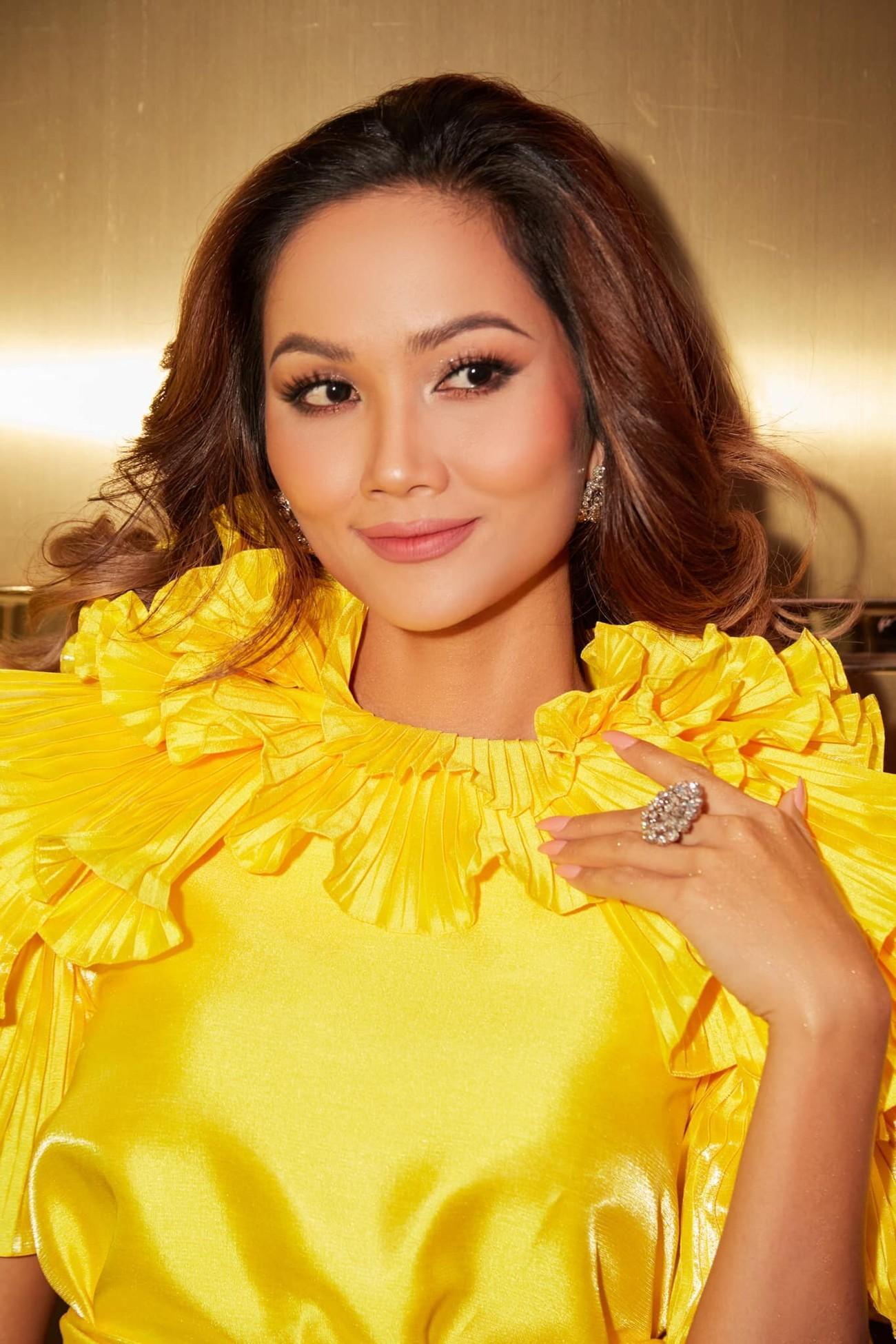 Diện lại sắc vàng từng 'gây bão' ở Miss Universe, H'Hen Niê đẹp rạng rỡ như một đóa hồng ảnh 6