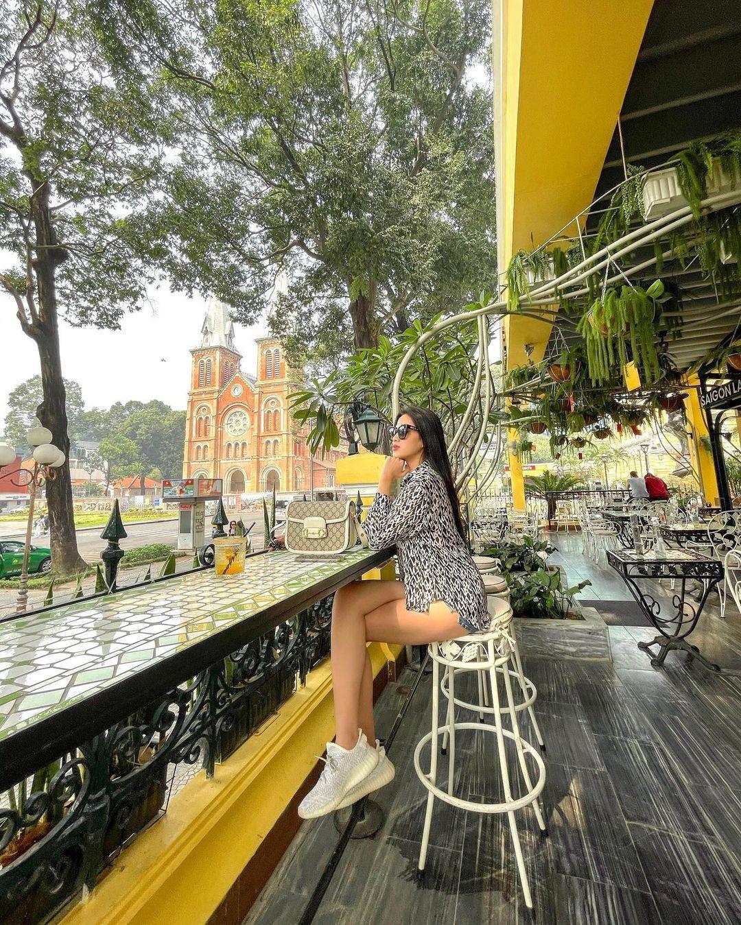 Đỗ Thị Hà mặc mốt giấu quần khoe chân dài sexy, Hoàng Thuỳ diện váy tua rua cắt xẻ táo bạo ảnh 1