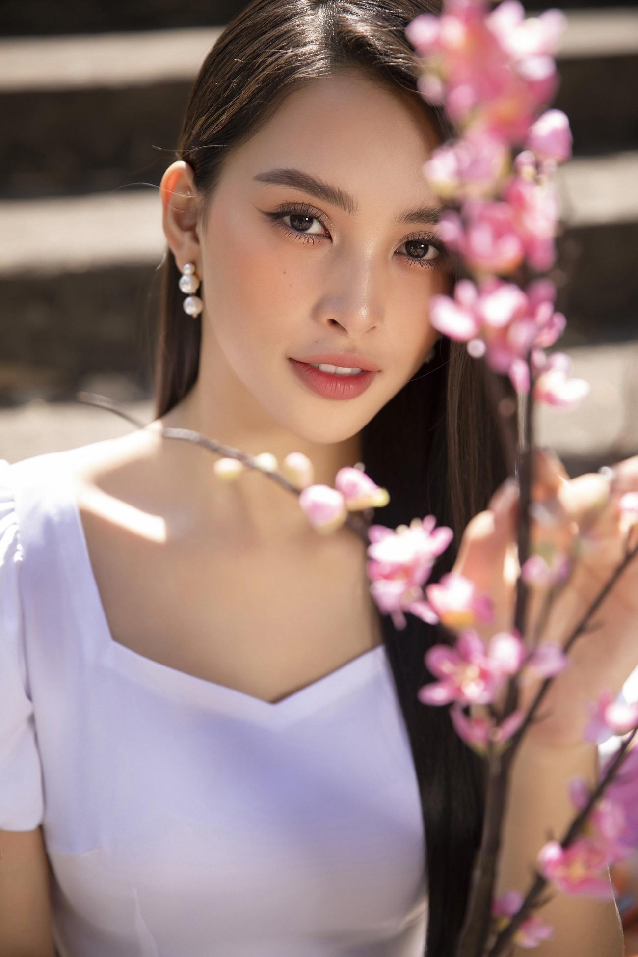Hoa hậu Tiểu Vy khoe nhan sắc 'cực phẩm', đẹp tựa nàng thơ mùa xuân với áo dài Tết ảnh 12