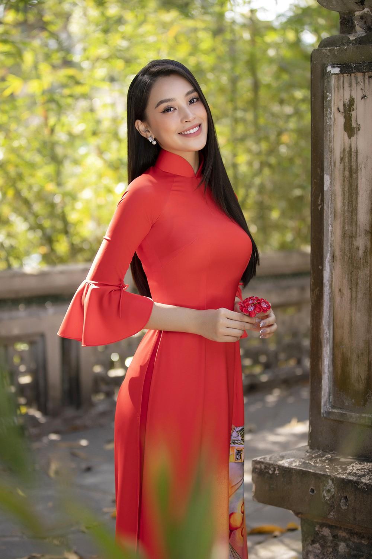 Hoa hậu Tiểu Vy khoe nhan sắc 'cực phẩm', đẹp tựa nàng thơ mùa xuân với áo dài Tết ảnh 3