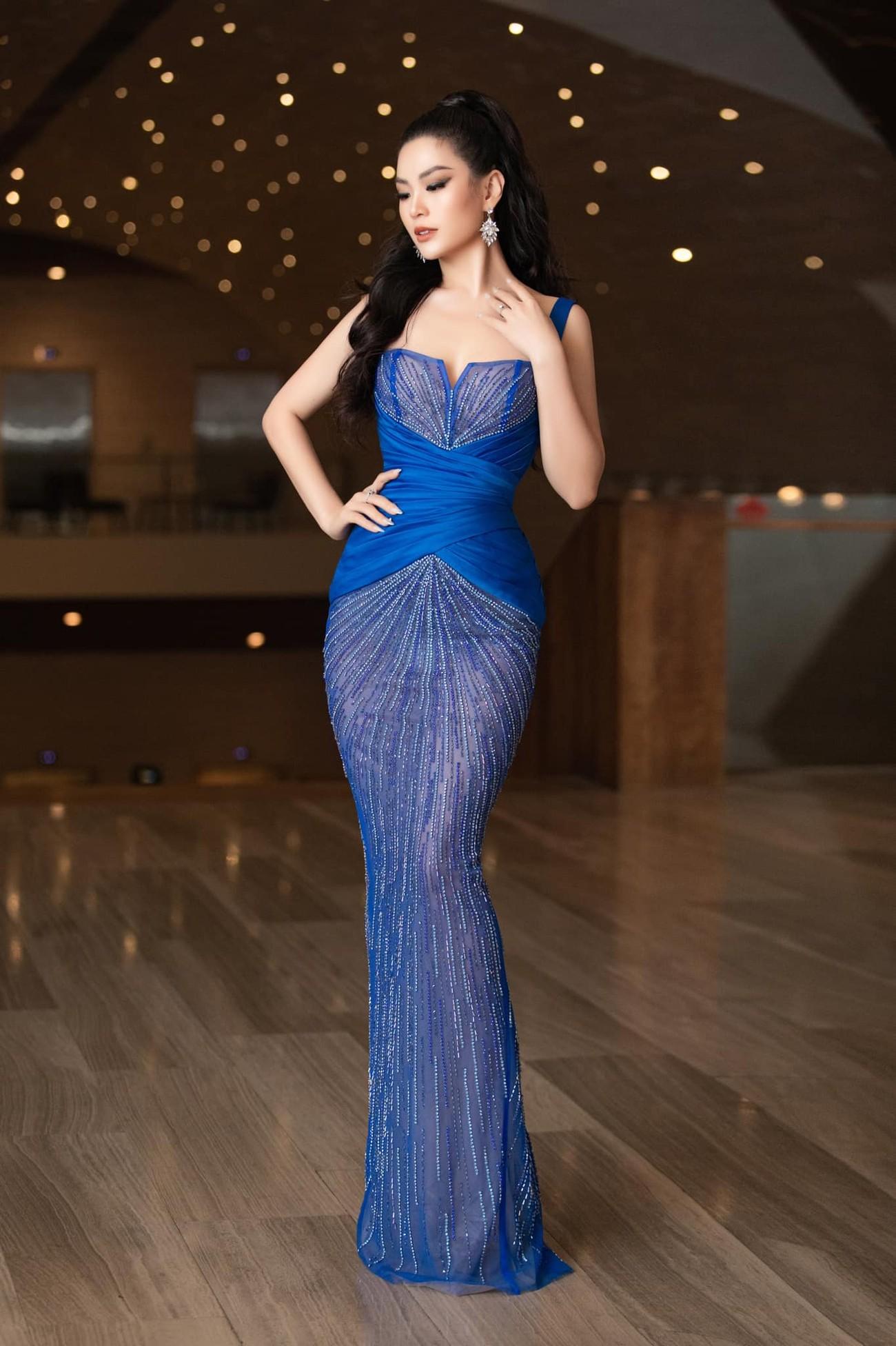 Minh Tú mặc váy xẻ ngực nóng bỏng, Hoàng Thuỳ khoe chân dài 'bất tận' ảnh 8