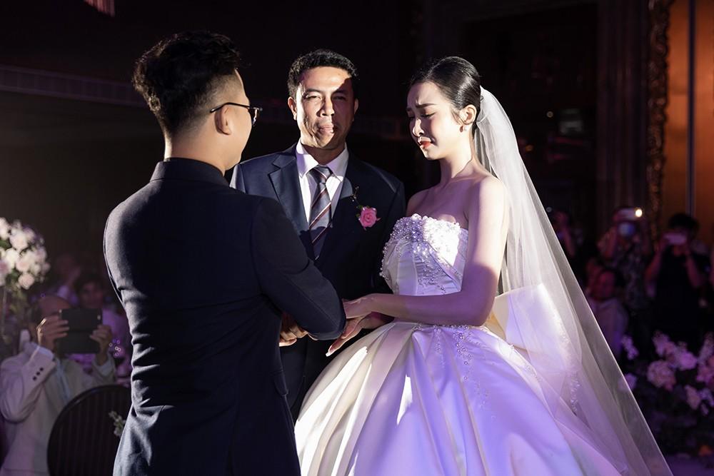 Khoảnh khắc hoa hậu Tiểu Vy bật khóc vì xúc động trong đám cưới Á hậu Thuý An gây chú ý ảnh 5