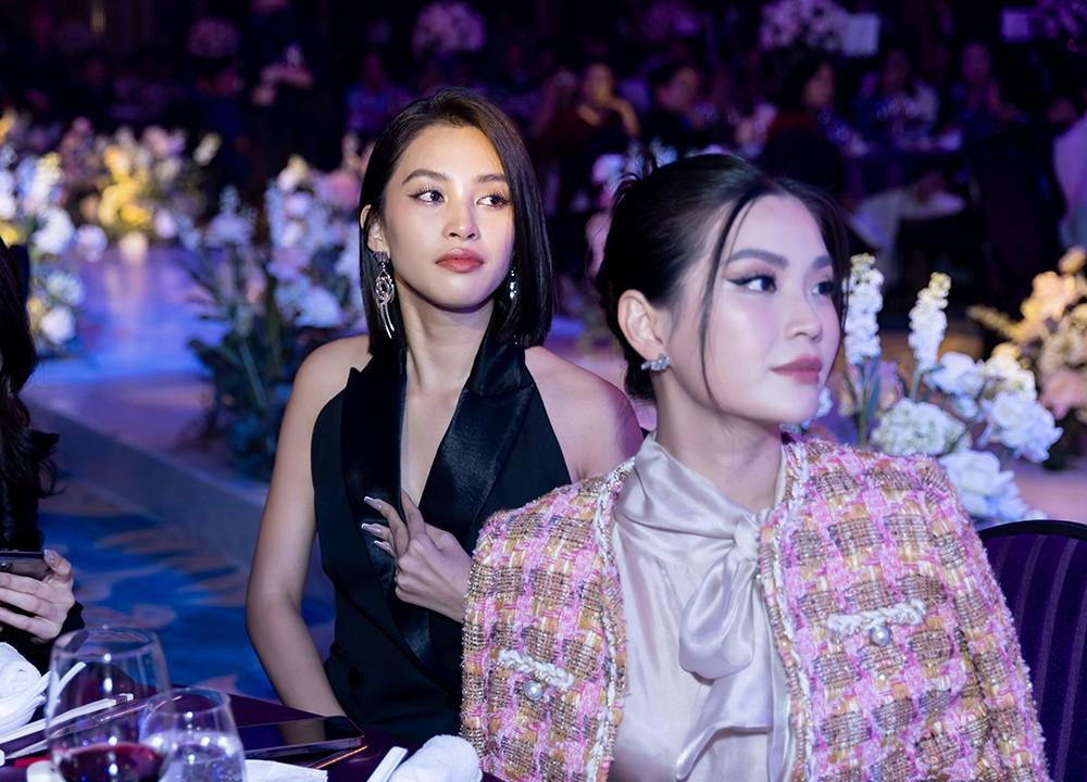 Khoảnh khắc hoa hậu Tiểu Vy bật khóc vì xúc động trong đám cưới Á hậu Thuý An gây chú ý ảnh 6