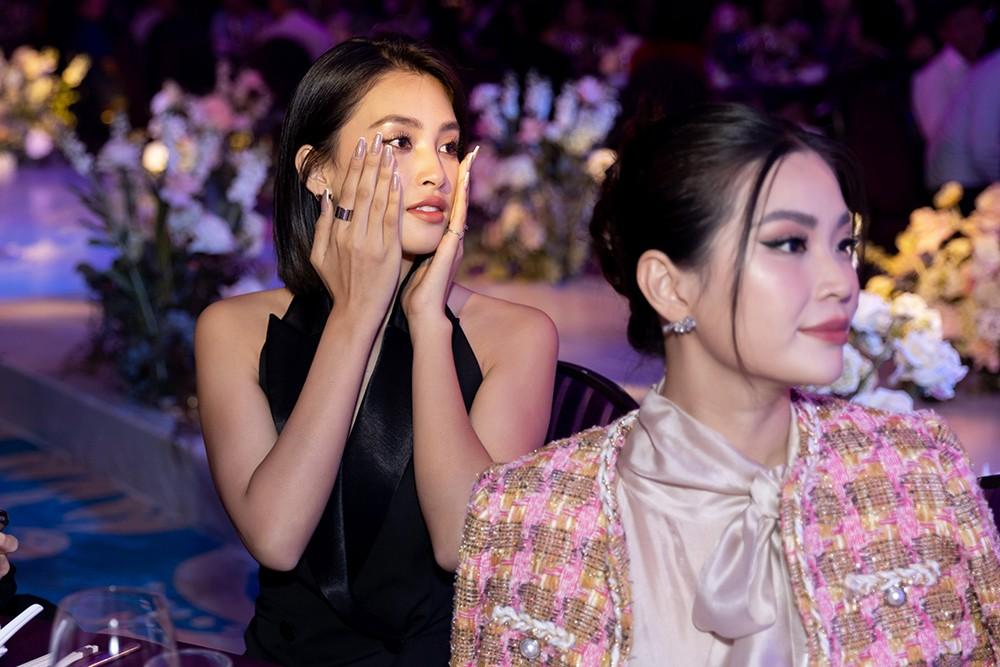 Khoảnh khắc hoa hậu Tiểu Vy bật khóc vì xúc động trong đám cưới Á hậu Thuý An gây chú ý ảnh 7