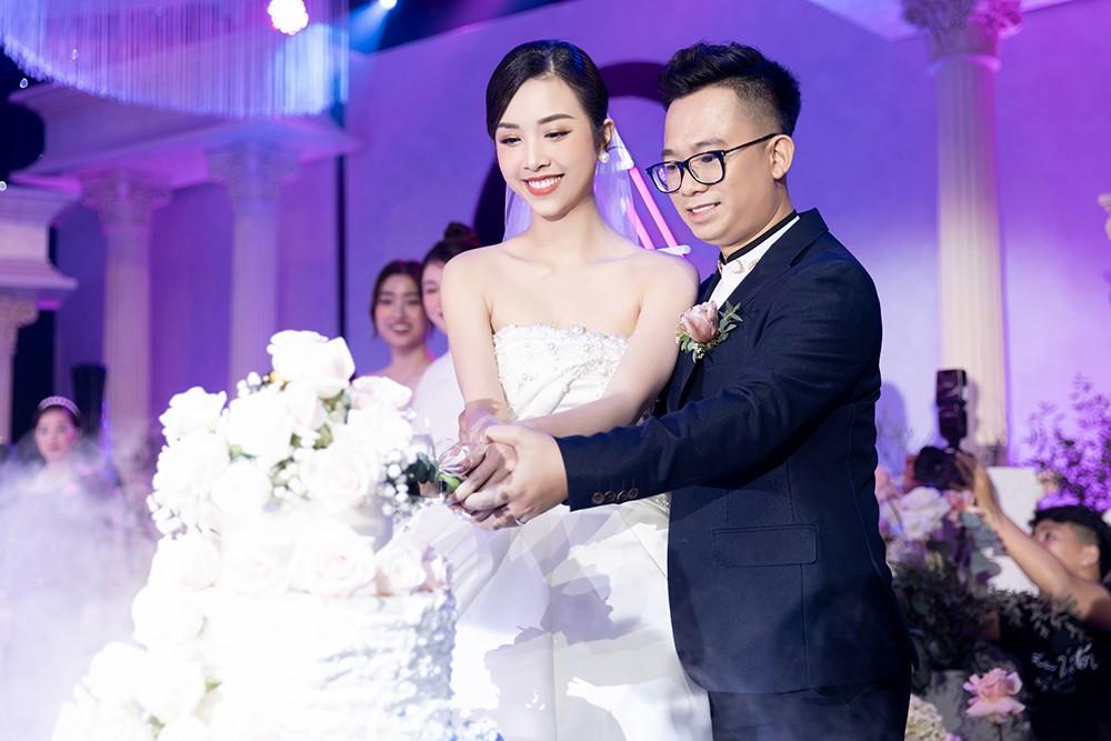 Khoảnh khắc hoa hậu Tiểu Vy bật khóc vì xúc động trong đám cưới Á hậu Thuý An gây chú ý ảnh 8
