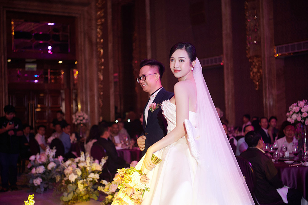 Khoảnh khắc hoa hậu Tiểu Vy bật khóc vì xúc động trong đám cưới Á hậu Thuý An gây chú ý ảnh 9