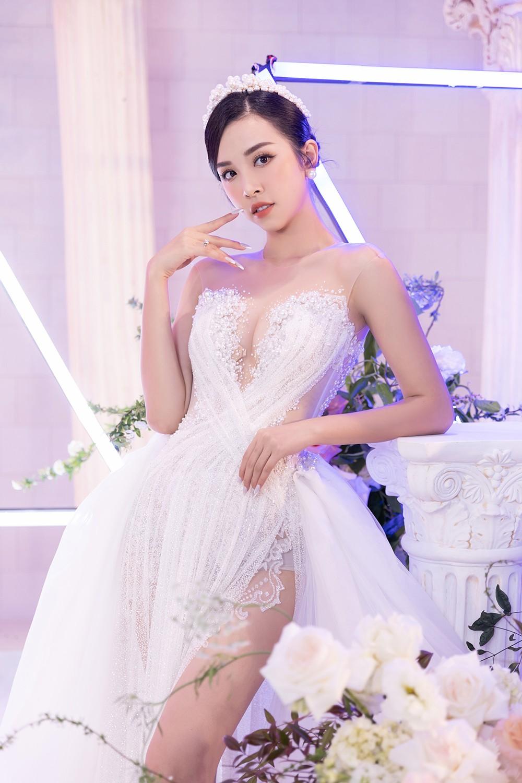 Khoảnh khắc hoa hậu Tiểu Vy bật khóc vì xúc động trong đám cưới Á hậu Thuý An gây chú ý ảnh 2