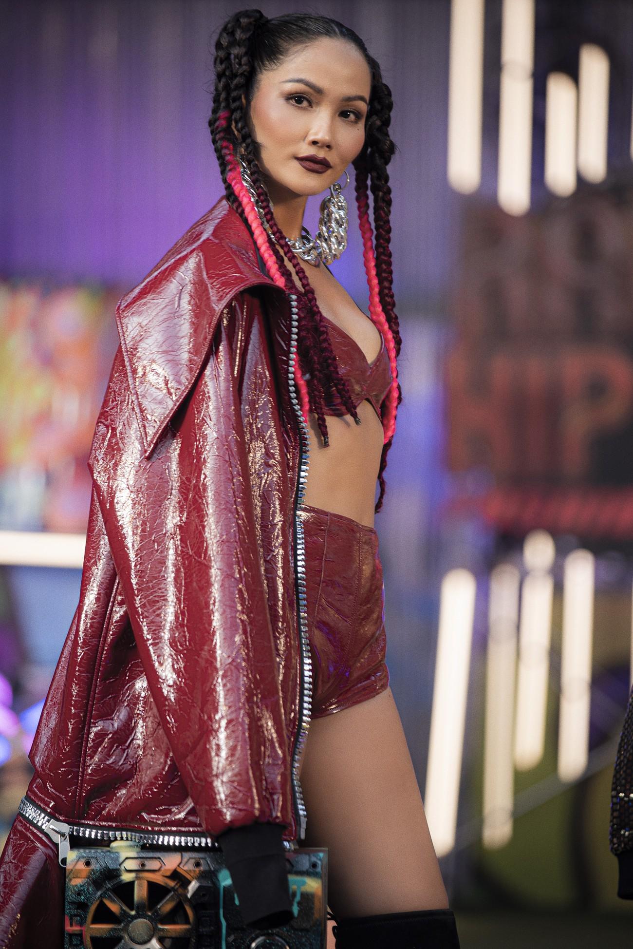 H'Hen Niê tái xuất với phong cách đường phố, mặc áo crop-top khoe hình thể nóng bỏng ảnh 4