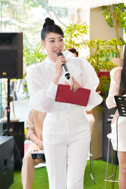 Hoa hậu Hà Kiều Anh lần đầu trổ tài làm MC, khoe giọng hát ngọt ngào ảnh 4