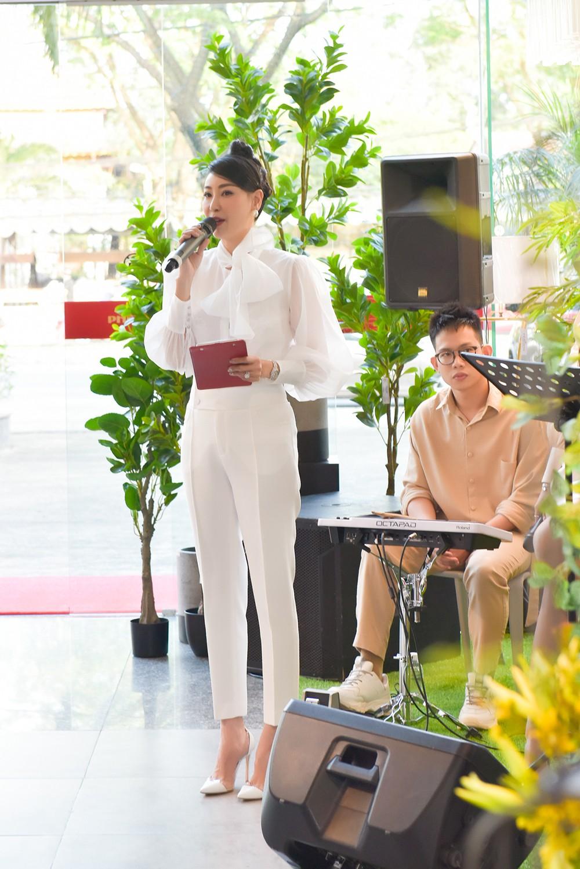 Hoa hậu Hà Kiều Anh lần đầu trổ tài làm MC, khoe giọng hát ngọt ngào ảnh 5