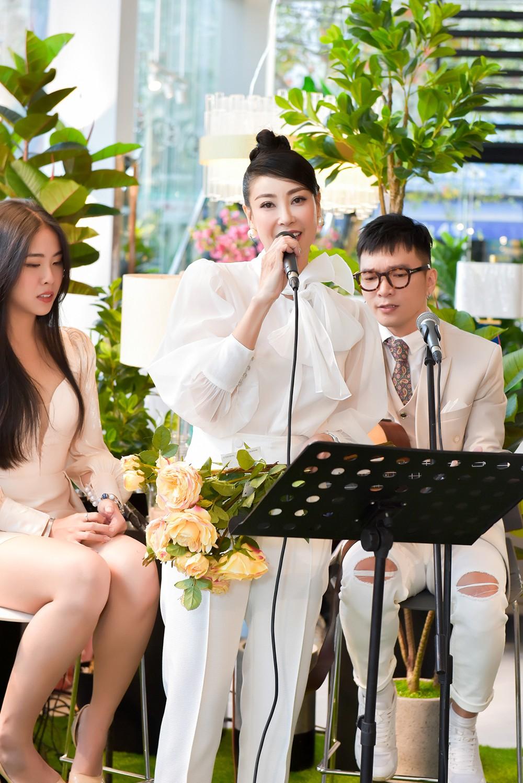 Hoa hậu Hà Kiều Anh lần đầu trổ tài làm MC, khoe giọng hát ngọt ngào ảnh 6