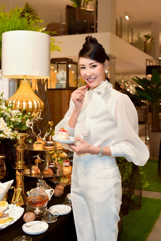 Hoa hậu Hà Kiều Anh lần đầu trổ tài làm MC, khoe giọng hát ngọt ngào ảnh 10