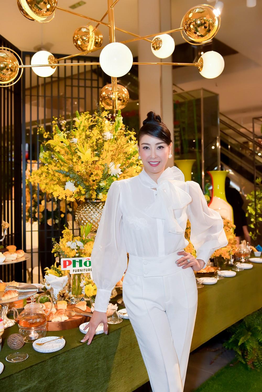 Hoa hậu Hà Kiều Anh lần đầu trổ tài làm MC, khoe giọng hát ngọt ngào ảnh 9