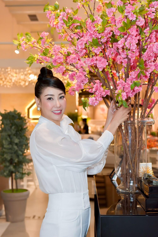Hoa hậu Hà Kiều Anh lần đầu trổ tài làm MC, khoe giọng hát ngọt ngào ảnh 8
