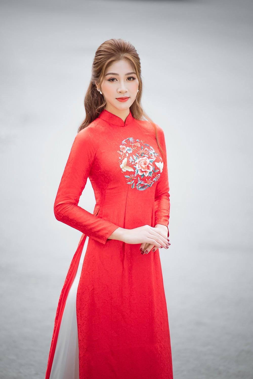 Nữ tiếp viên hàng không lọt Top 10 HHVN 2020 khoe nhan sắc rạng rỡ với áo dài Tết ảnh 4