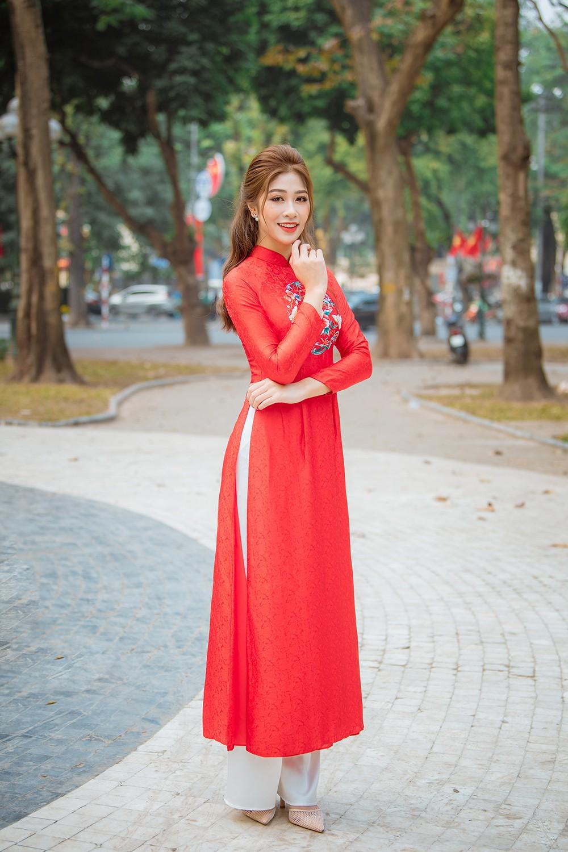 Nữ tiếp viên hàng không lọt Top 10 HHVN 2020 khoe nhan sắc rạng rỡ với áo dài Tết ảnh 3