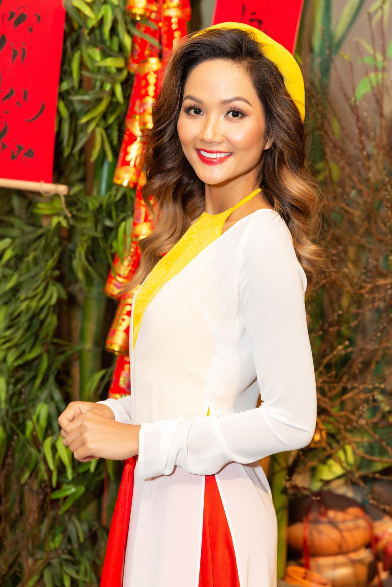 Hoa hậu Đỗ Thị Hà để mặt mộc vẫn đẹp rạng rỡ, H'hen Niê hoá 'nàng Xuân' với áo tứ thân ảnh 4
